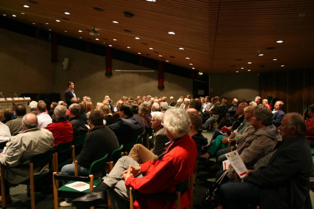 Michael Baune moderiert den gut besuchten Abend