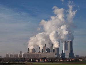"""Von wegen, da kommt nur Wasserdampf raus: KKW Niederaußem (<a href=""""http://de.wikipedia.org/wiki/Kraftwerk_Niederau%C3%9Fem"""">Foto: Stodtmeister, wikimedia</a>)"""