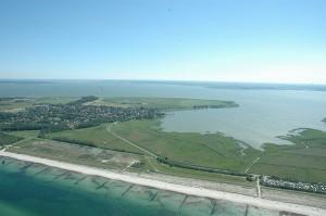 """Blick über Fischland bei Wustrow über die Lagunen. Am Horizont der Ort Saal und das Frackfeld Grimmen. <a href=""""http://commons.wikimedia.org/wiki/File:Fischland_Luftbild.jpg"""">Foto: Klaus Czerwinski bei wikimedia</a>"""