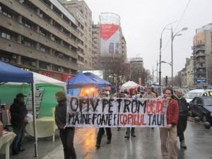 """Solidaritätsprotest in Bukarest, am Tag der Beisetzung von Marian. Auf dem Banner steht: """"OMV petrom tötet. Das nächste Opfer könnte dein Kind sein."""""""