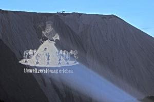 """Sicherlich nicht die beste denkbare Technik, Abraum aus dem Bergbau abzulagern: Der """"Monte Kali"""" in Heringen versalzt den umliegenden Boden, das Grundwasser und die Werra. Foto: Dr. Kralle/wikimedia"""