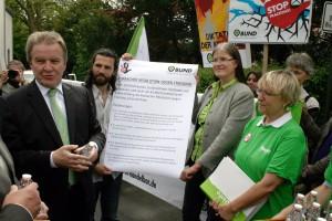 Symbolische Übergabe der Forderungen der Korbacher Resolution an Baden-Württembergs Umweltminister Franz Untersteller am 8. Mai in Konstanz