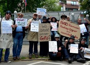 Satire-Aktion vor dem russischen Konsulat in Hamburg