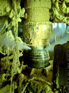 """Bohrlochkopf G4 Elgin, mit einem klaren Blick auf die Quelle des Gasaustritts an 4 Ports. Ablagerungen von Kondensat und Bohrschlamm aus den Vertiefungen im Bohrlochkopfbereich zu Beginn des Lecks abgestoßen. Der Schlamm enthält hauptsächlich Bohrflüssigkeit, die leicht biologisch abbaubar ist. Der Bohrschlamm ist nicht schädlich für die Umwelt. (Text und Foto: <a href=""""http://www.elgin.total.com/elgin/imagesclean.aspx"""">Total</a>)"""