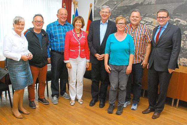 An dem Treffen mit Karl Schiewerling (4.v.r.) nahmen auch Bürgermeisterin Sonja Schemmann (4.v.l.) und Mathias Elshoff (2.v.r.) von der IGGG teil.Foto: Michael Schwakenberg