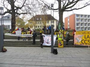 Anlässlich des ministeriellen Gesprächs mit den Kommunen in SH demonstrierten Fracking-Gegner vor dem Kieler Landeshaus